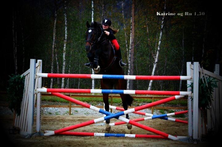 Her er Katrine Nilsen og RU Special fra en tidligere sponsorhopping, her flyr de over 1.30.